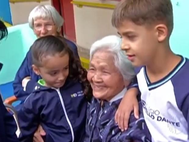 Idosos de Mogi das Cruzes  foram presenteados por crianças (Foto: Reprodução / TV Diário)