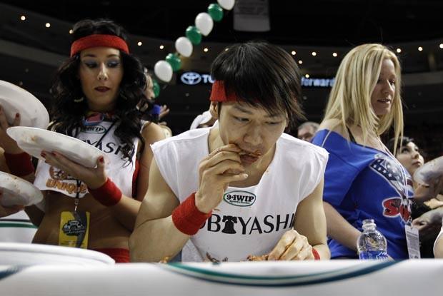 Takeru Kobayashi devorou 337 asas de frango. (Foto: Alex Brandon/AP)