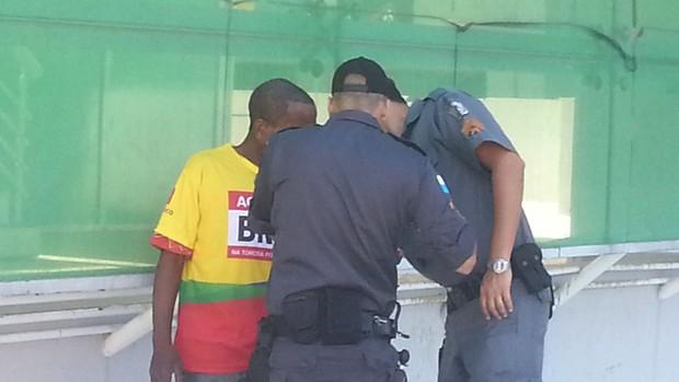 Policia Aborda Cambista Maracanã (Foto: Thales soares)