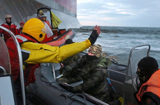 Guarda russo aponta uma faca para membro do Greenpeace. (Foto: AFP Photo/Greenpeace/Denis Sinyakov)