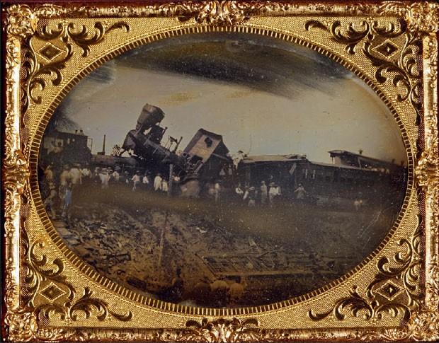 Esta é a primeira fotografia já feita registrando um acidente de trem. O acidente ocorreu na ferrovia Providence Worcester perto de Pawtucket, no estado americano de Rhode Island (Foto: George Eastman House/Google Art Project)