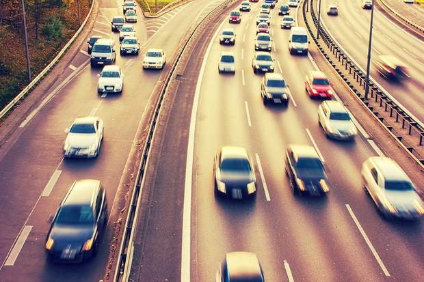 Carros com farol baixo na estrada (Foto: Thinkstock)