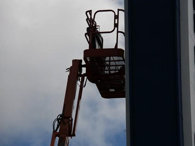 Abelhas atacaram funcionários no alto do letreiro durante trabalho de manutenção em supermercado de João Pessoa (Foto: Walter Paparazzo/G1)