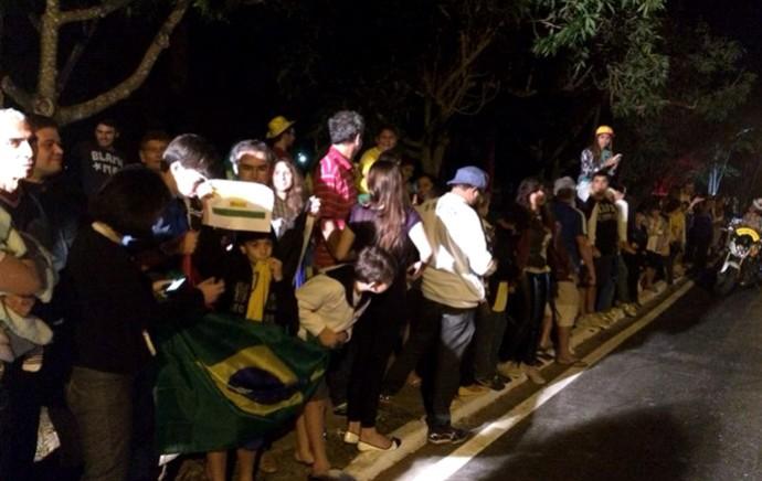Crianças no aeroporto esperando a Seleção Brasileira (Foto: Thiago Lavinas)