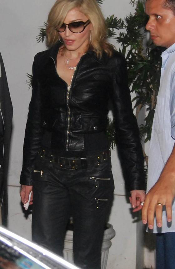 Madonna deixa o restaurante Yumê na última vez em que esteve no Rio (Foto: AG. News)