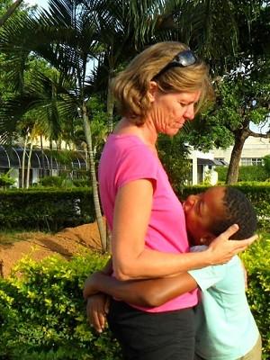 A servidora pública francesa Catherine Battuz e o filho Fernando, adotado em Brasília (Foto: Raquel Morais/G1)