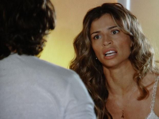 Ester fica revoltada com insinuação de Alberto (Foto: Flor do Caribe / TV Globo)