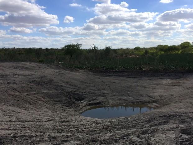Tanque da comunidade de Queimada do Curral quase seco (Foto: Henrique Mendes / G1)