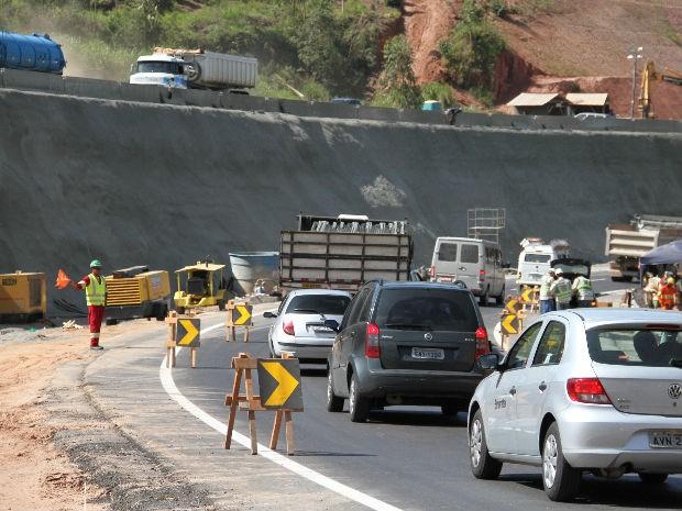 Trecho do km 25 da Tamoios, na altura de Paraibuna � onde a obra ainda n�o foi conclu�da (Foto: Carlos Santos/G1)