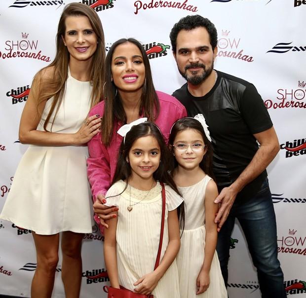 Luciano Camargo com a família e Anitta (Foto: Manuela Scarpa/Brazil News)