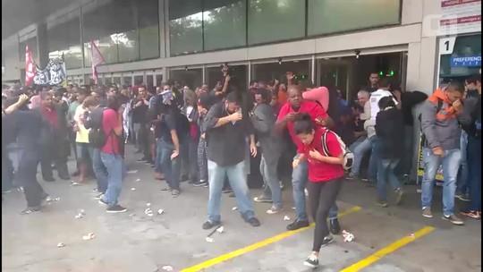 Manifestantes bloqueiam estação Arariboia das barcas e polícia usa spray de pimenta para conter grupo