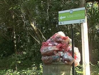 Sacos de lixo ficam acumulados no Parque Margherita (Foto: Reprodução/RPC TV)