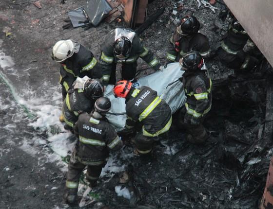 Bombeiros trabalham em local de queda de avião, em São Paulo (Foto: Brazil Photo Press)