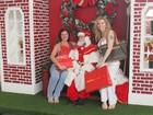 Luma e Isis de Oliveira tiram foto com Papai Noel em shopping