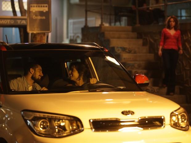 Cristina observa papo animado de Vicente e Clara (Foto: Pedro Curi/Gshow)