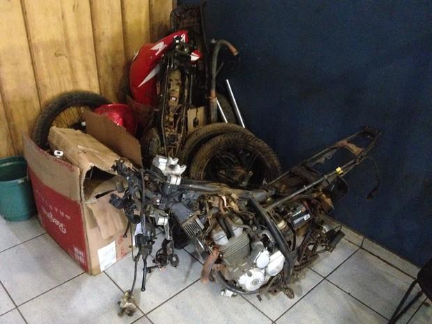 Motocicletas furtadas já estavam desmontadas em Porto Velho (Foto: Matheus Henrique/ G1)