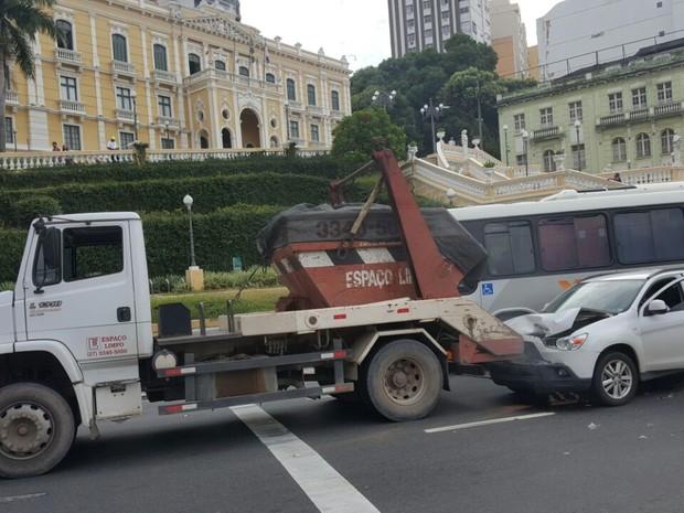 Carro é removido de avenida após acidente (Foto: Geraldo Nascimento/ A Gazeta)