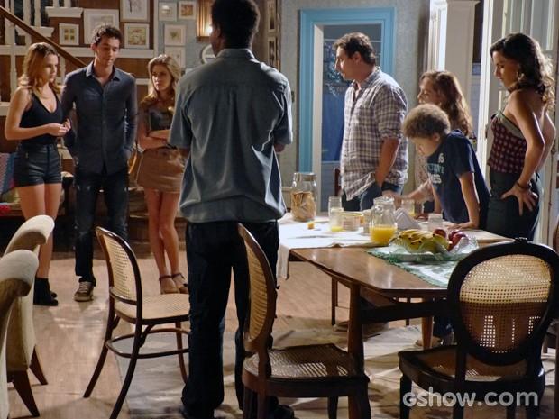 Família recebe o baque da notícia, mais uma vez (Foto: Malhação / TV Globo)