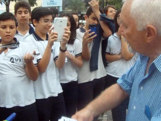 Alunos tiveram aula na Praça do Ferreira com pessoas que foram torturadas durante a ditadura militar (Foto: TV Verdes Mares/Reprodução)