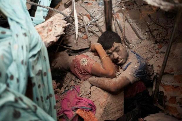 Nos escombros do desabamento do prédio em Bangladesh que matou ao menos 800, um homem e uma mulher foram encontrados abraçados (Foto: Taslima Akhter)