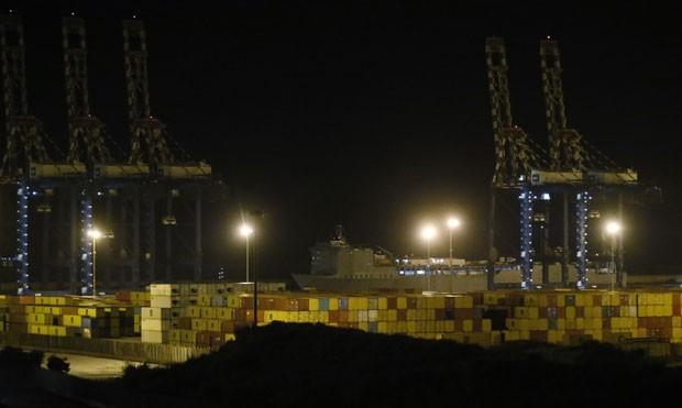 O navio americano Cape Ray deixa o porto de Gioia, na Itália, com uma carga de armas químicas da Síria na noite desta quarta-feira (2) (Foto: Luca Bruno/AP)