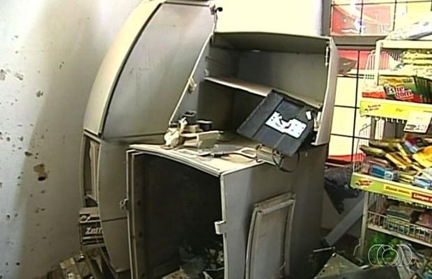 Suspeitos invadem supermercado e explodem caixa eletrônico em Catalão, Goiás (Foto: Reprodução / TV Anhanguera)
