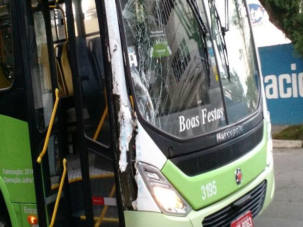 Ônibus atinge outro em acidente no Jardim São Dimas em São José (Foto: Vanguarda Repórter/Hélio Soares)