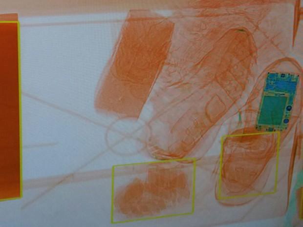 Imagem de raio-x de tênis usado para entrar com celular em presídio (Foto: Reprodução / SAP)