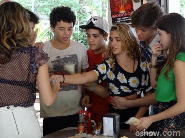 A revista do escorpião fez sucesso! (Foto: Malhação/ TV Globo)