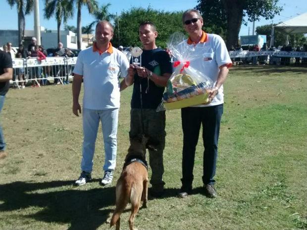 Cacau e Luciano Miguel ficaram com o troféu de 'cão melhor adestrado' (Foto: Mariana Bonora/G1)