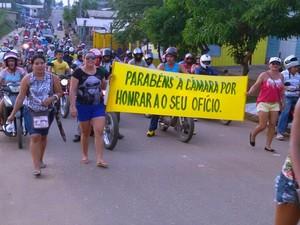 Populares fizeram manifestação após anúncio do afastamento do prefeito  (Foto: Adauto Silva/Rede Amazônica)