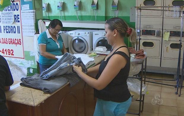 A demanda é tanta que cada vez mais lavadeiras acumulam serviços (Foto: Bom Dia Amazônia)