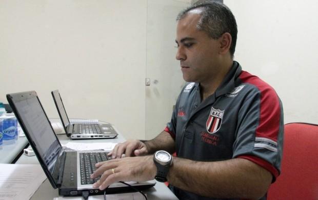 Preparador-físico Diego Kami Mura analisa dados do GPS no Botafogo-SP (Foto: Agência Botafogo-SP)