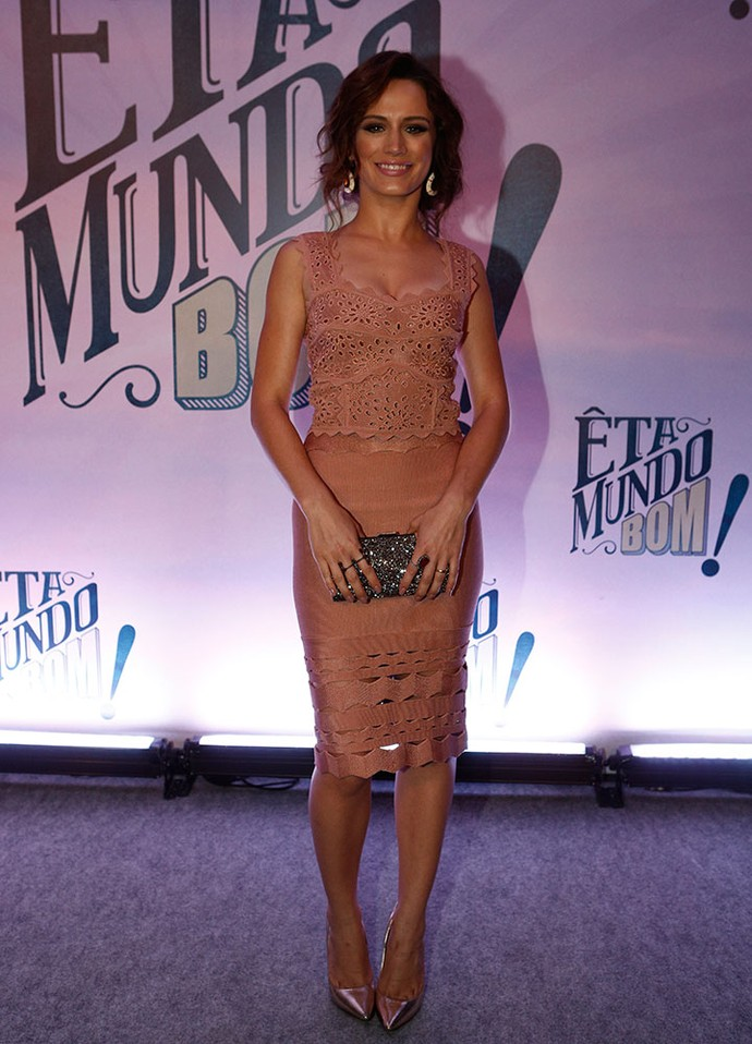 Bianca Bin aposta em vestido nude rendado (Foto: Inácio Moraes/Gshow)