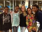 Susana Vieira tira foto com fãs de Angola em aeroporto