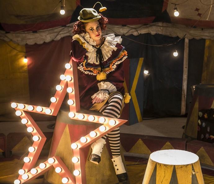Eliza posa fantasiada de palhacinha no ensaio do circo (Foto: Inácio Moraes/Gshow)
