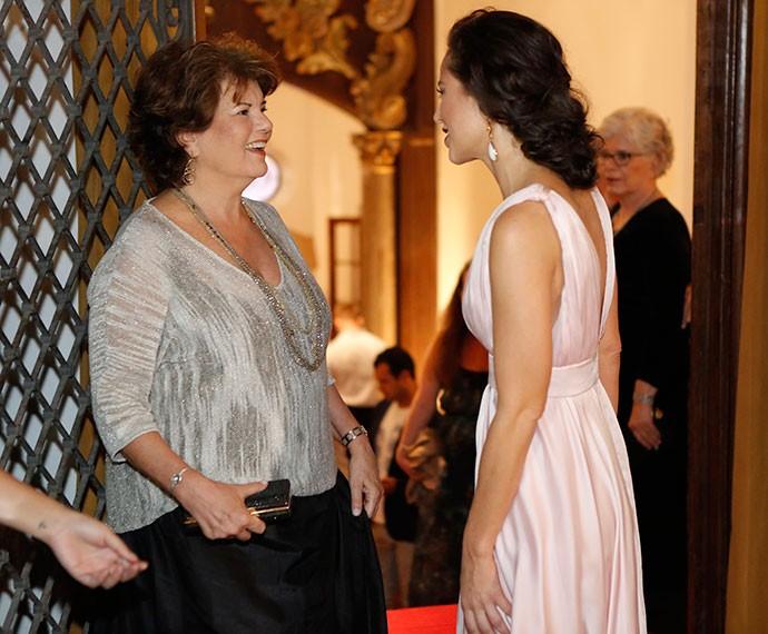 A autora da trama Elizabeth Jhin e a vilã Paolla Oliveira conversam nos bastidores do lançamento (Foto: Fábio Rocha/Gshow)