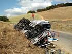 Caminhão carregado com álcool capota na PE- 42 e motorista morre