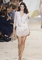 Kendall Jenner desfila com vestido transparente em Nova York, nos EUA