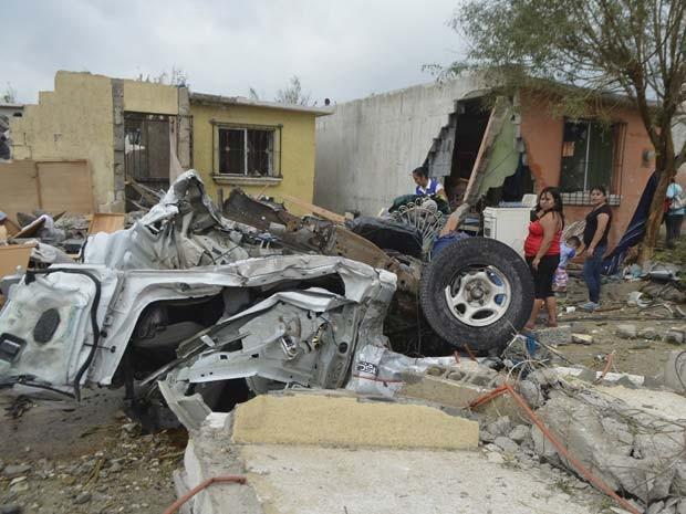 Carro fica destruído após passagem de tornado em Ciudad Acuña, no México, nesta segunda-feira (25) (Foto: REUTERS/Jaime Escamilla)