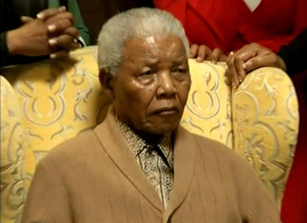 Imagem da SABC television mostra o ex-presidente da África do Sul Nelson Mandela, 93, recebendo homenagem (Foto: AP)