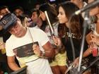 Anitta toca tamborim em show de pagode no Rio