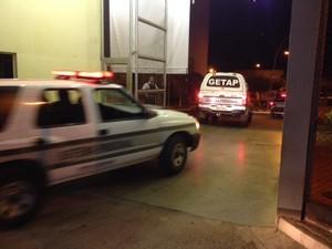 Muniz chegou à unidade por volta das 19h30 (Foto: Valdivan Veloso/G1)