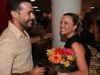 Natallia Rodrigues recebe o carinho do namorado após peça em SP