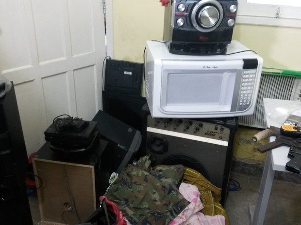 Armas de fabricação caseira, computadores e aparelhos de som foram encontrados com a quadrilha. (Foto: Marksuel Figueredo/G1)