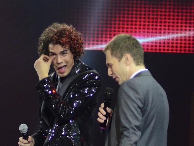 Sam Alves se emociona ao lado de Tiago Leifert na final do 'The Voice Brasil' (Foto: Roberto Teixeira/ EGO)
