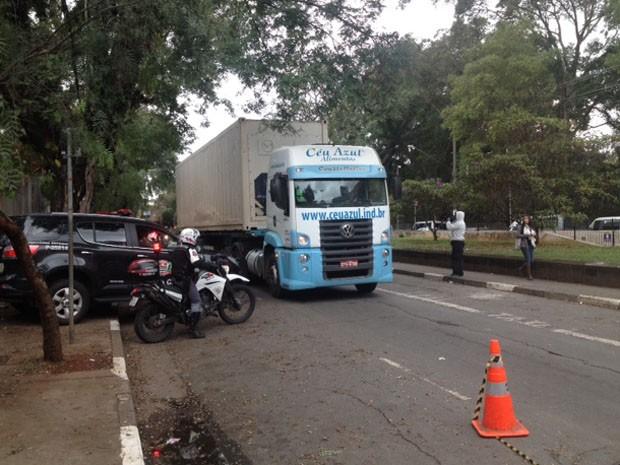 Caminhão-frigorífico foi escoltado por motos da PM (Foto: Tatiana Santiago/G1)