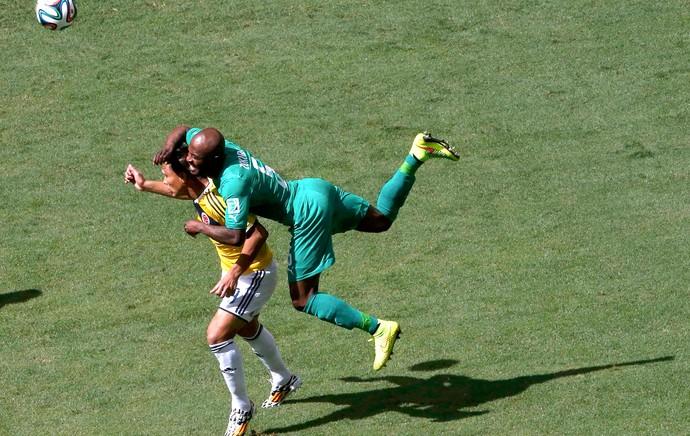 Teofilo Gutierrez e Didier Zokora - Colômbia x Costa do Marfim (Foto: Reuters)