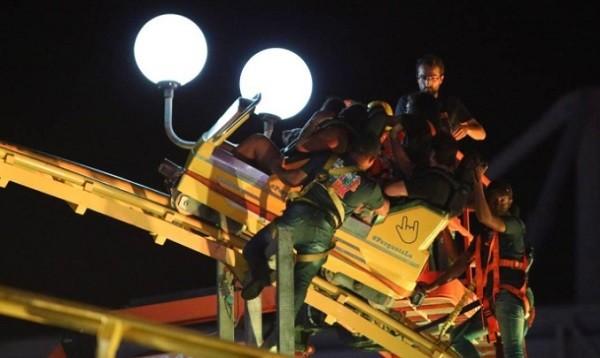 Um grupo de quatro pessoas ficou preso na montanha russa do festival nesta quinta-feira (21) (Foto: Fabiano Rocha/ O Globo)