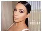 Kim Kardashian posa com camisa decotada para selfie